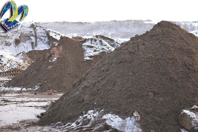На дороги Мурманска высыпали 20 тысяч тонн песка с солью