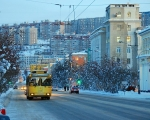 Мурманск построен на сопках, линии домов часто расположены ярусами.  Основной городской транспорт - троллейбус...